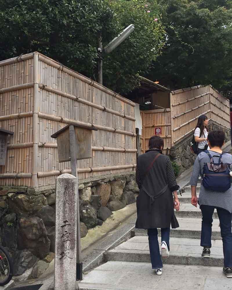 京都清水寺の二年坂の竹垣(建仁寺垣)